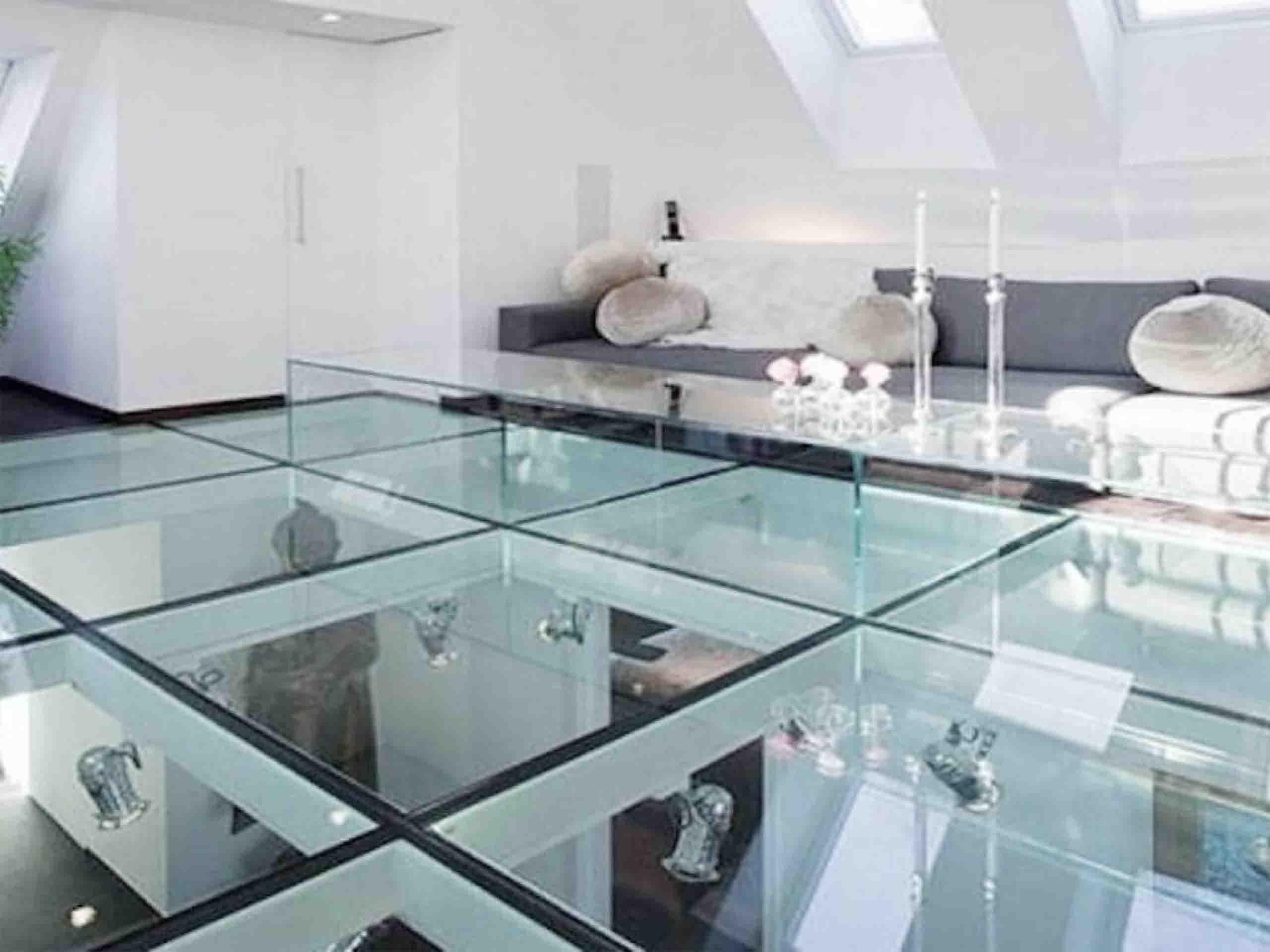 Сучасна скляна підлога від EKIPAZH