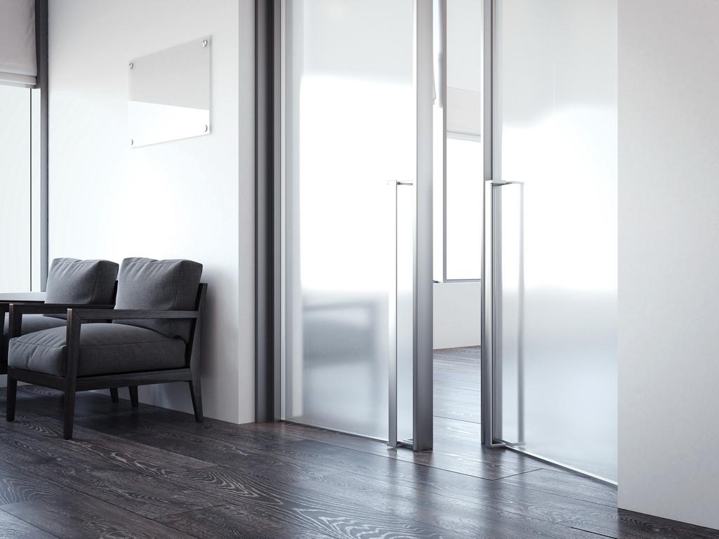 Виготовлення суцільноскляних дверей під замовлення компанією EKIPAZH